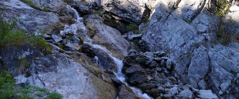 Водопад в ущелья ручья Медвежий. Полярный Урал.
